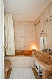 Apt Brises II BR2-471 Bathroom In-Suite with Main Bedroom 640x960